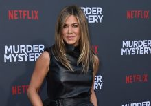 Jennifer Aniston gives nod to Julia Roberts in 'Notting Hill' with a pantsless Instagram picture: 'I'm just...