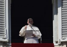 Pope Francis apologizes for losing his patience after slapping woman's hand